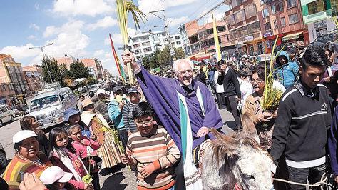 ElAlto. Obermaier arriba de un burrito recorre por las calles de Villa Adela en el Domingo de Ramos.