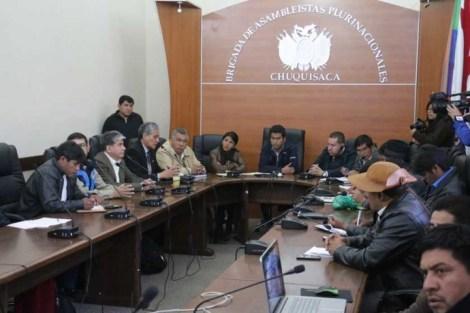 INFORME. La comisión técnico-jurídica de defensa del campo Incahuasi presentó un amplio informe a la Brigada