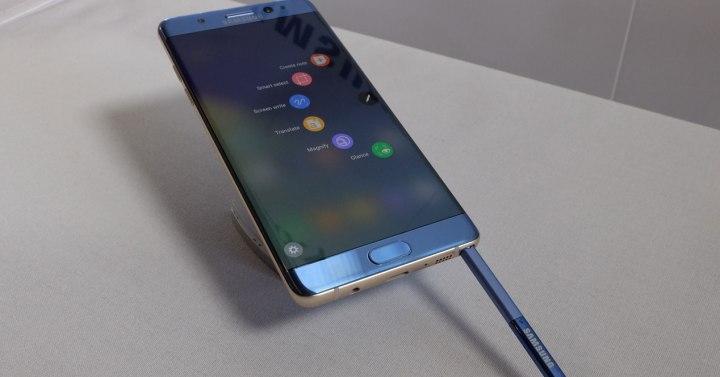 SAmsung Galaxy Note azul con s pen fuera