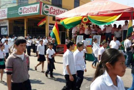 Los jóvenes lucieron sus galas al pasar por el palco oficial