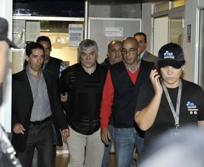Lázaro Báez esposado, la noche que quedó detenido. Foto Pedro Lázaro Fernández.