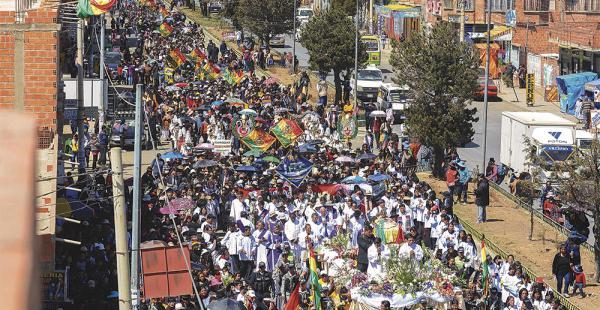 Miles de personas acompañaron la procesión que antecedió al entierro del padre Sebastián Obermaier