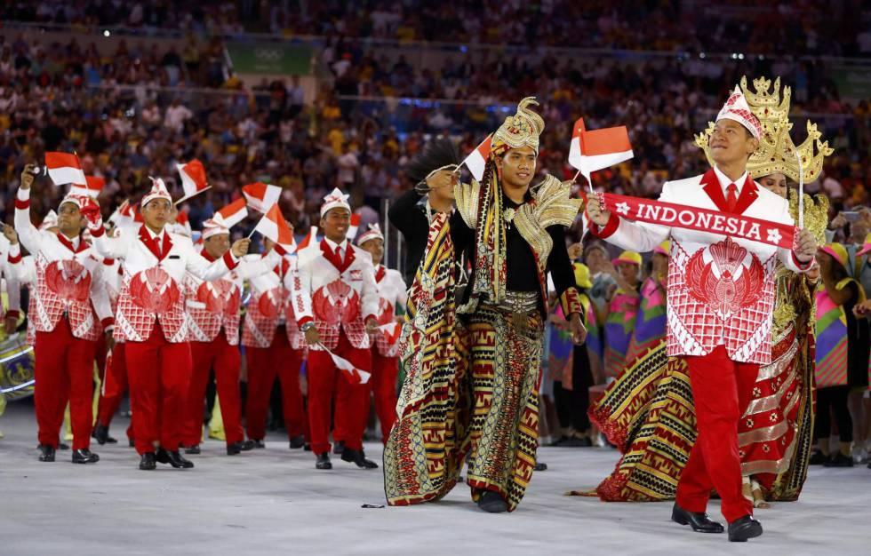 Delegación de Indonesia durante el desfile.