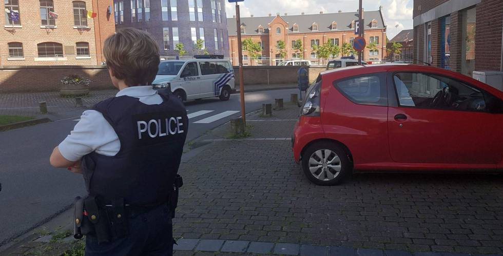 Una agente en Charleroi, cerca de la comisaría atacada este sábado.
