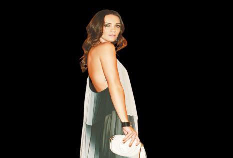de pies a cabeza lleva  su propio sello  Antoinette van Dijk diseñó su vestido de esa noche. Su marca a.vandijk estará presente en el BoMo de primavera-verano. Recién se comprometió