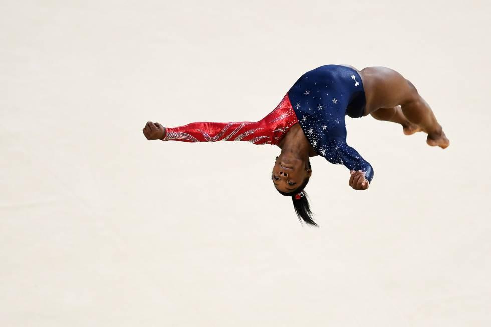 Simone Biles ejecuta la acrobacia que lleva su nombre en suelo.