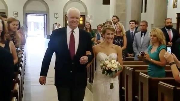 Una novia entra a la iglesia con el hombre que recibió el corazón de su padre
