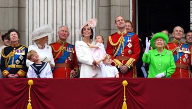 La familia real británica en pleno. Sonriente, la reina Isabel II saluda desde el balcón del Palacio de Buckingham durante la celebración de sus 90 años. (Crédito: Ben A. Pruccine/Getty Images).