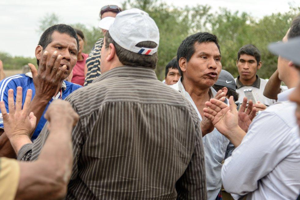El pueblo ayoreo es un grupo étnico del Gran Chaco que vive en un área entre los ríos Paraguay, Pilcomayo y Parapetí que se extiende entre Bolivia y Paraguay. Son unas 5.600 personas cuya protección como pueblo pasa por que se respeten sus derechos, contemplados en las normativas nacional e internacional vigentes y que tratan de su protección por el despojo de tierras de que han sido objeto y por tratarse de población en situación de contacto reciente o inicial con otros pueblos. Lo delicado de la situación son las evidencias de la mortandad por las infecciones broncopulmonares que genera el contacto o por luchas violentas a las que este pueblo se vió obligado para defenderse.
