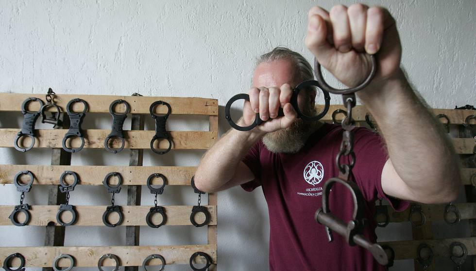 Karl, instructor antisecuestros, oculta su rostro con unos grilletes.