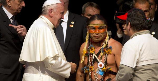 El papa Francisco comparte con los indígenas