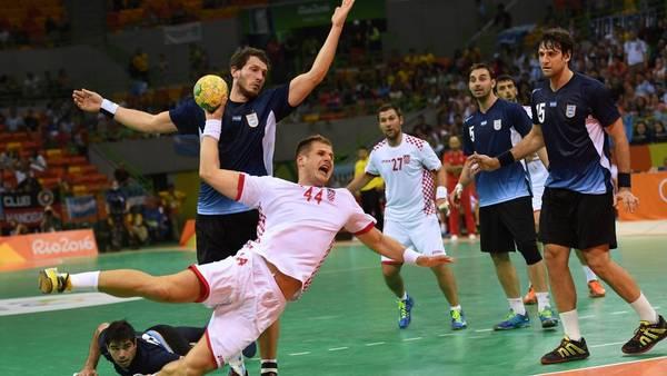 El croata Kresimir Kozina remata en el partido entre Croacia y Argentina. (EFE)