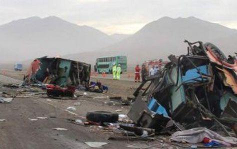 Los restos del accidente ocurrido en el sur de Perú. Foto: @GuidoLombardiE