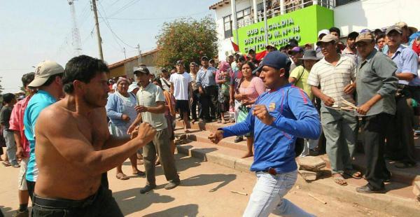Detractores del subalcalde Abad Lino y partidarios de él se enfrentaron afuera de esta dependencia municipal