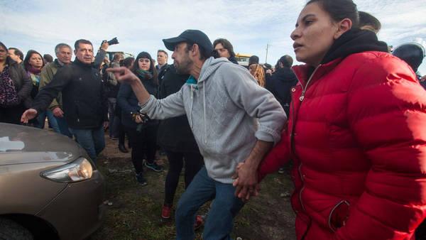 MAR DEL PLATA. Uno de los agresores, ayer, en la salida de Macri. (Télam)