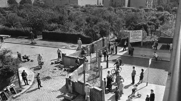 Construcción. Trabajadores en Berlín Oriental, el 15 de agosto de 1961, colocan bloques de cemento para el Muro. /AP