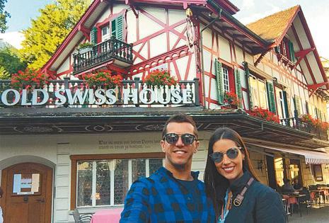 /encantados con la arquitectura. eN EL RESTAURANTE Old Swiss House En Lucerna (Suiza), donde visitaron a familiares de ella