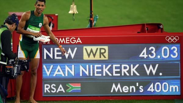 Van Niekerk junto al cartel que muestra su increíble marca. (Foto: AP)