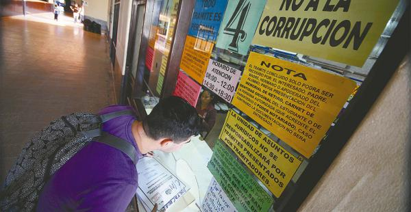 Los letreros de Asuntos Jurídicos recuerdan que todos los trámites son personales