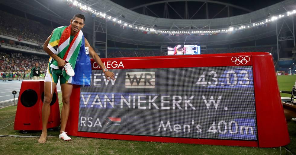 Van Miekerk posa junto al marcador que registra su récord del mundo en los 400 metros lisos.