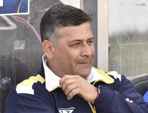 Ronald Fuentes observa el cotejo desde el banco de suplenetes del estadio Hernando Siles. Foto: AFP