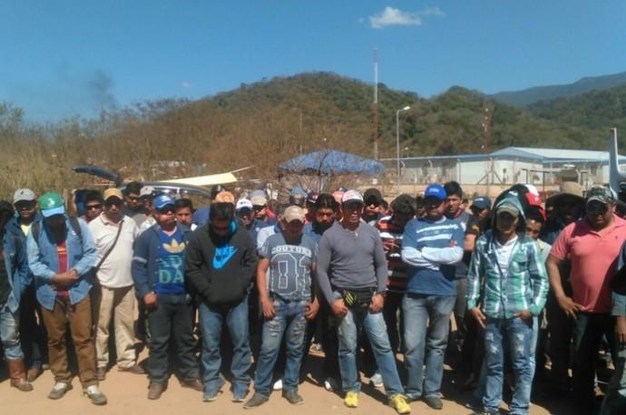 Los pobladores de Caraparicito exigen pago de sueldos y beneficios a Total. Foto: Gentileza