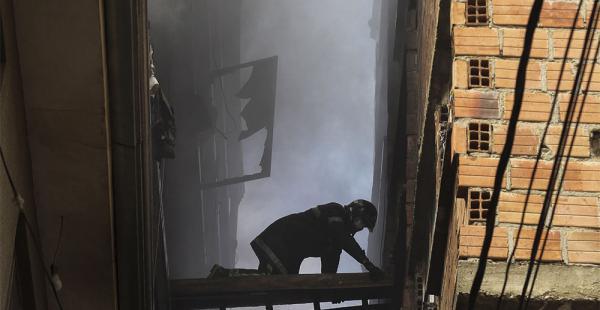 Los bomberos tardaron ocho horas en apagar el incendio. Muchos otros edificios sirven de bodegas