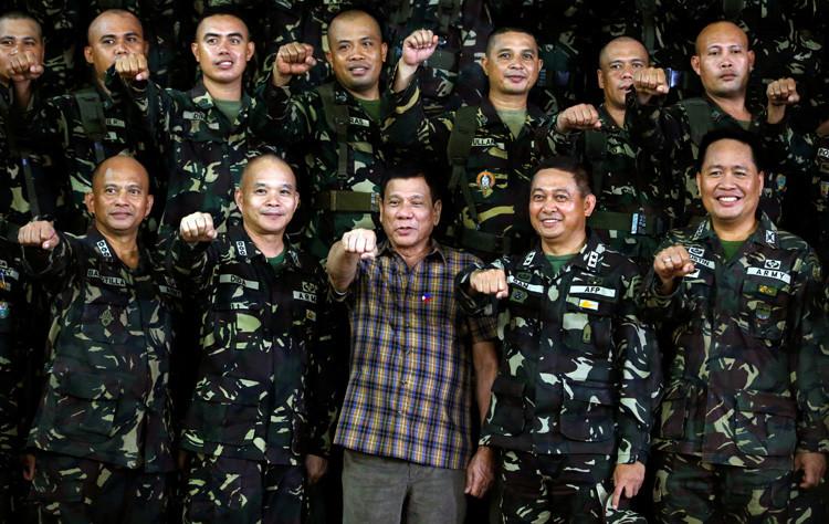 El presidente de Filipinas, Rodrigo Duterte, junto a soldados durante una visita al campo militar Capinpin en Tanay, Filipinas, junto a soldados durante una visita al campo militar Capinpin en Tanay, Filipinas