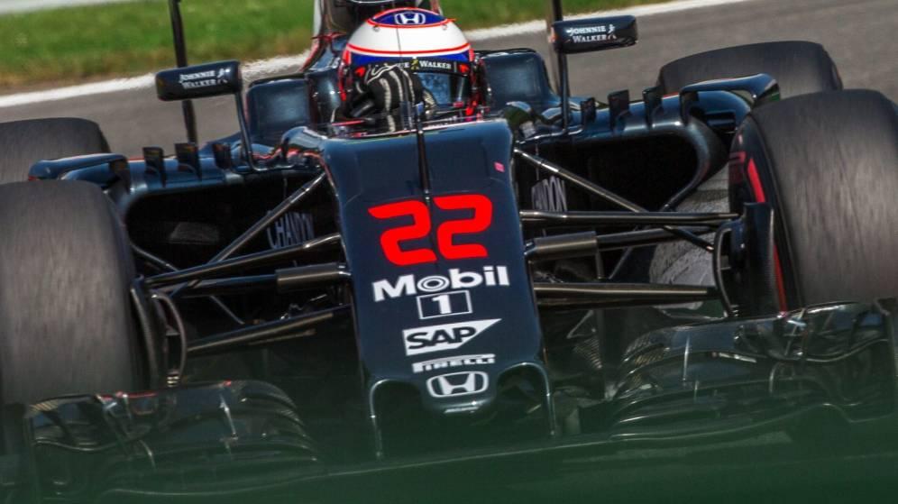 Foto: Jenson Button sobre el asflato de Spa-Francorchamps.