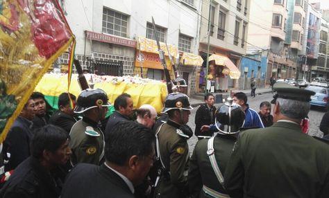 El cortejo fúnebre se detiene para rendirle homenaje a Illanes. Foto: Marilyn Choque