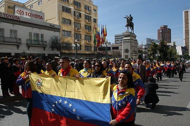 Desfile de la Misión diplomática venezolana, residentes en La Paz y amigos de Venezuela