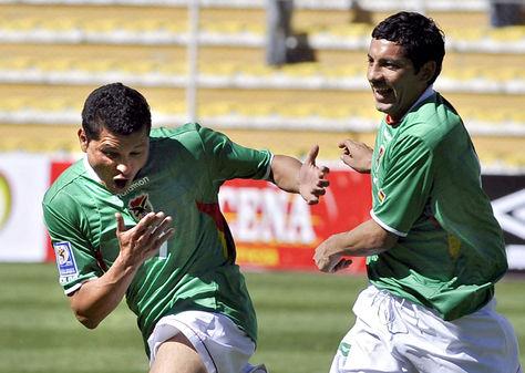 Joaquín Botero (izq.) y Wálter Flores celebran uno de los goles convertidos a Perú en 2008. Foto: Getty Images