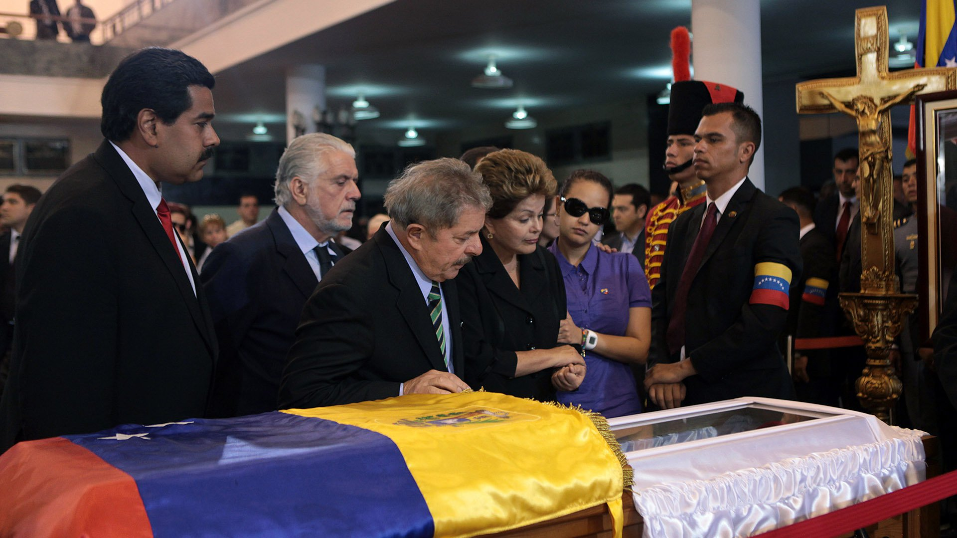 "Handout picture released by the Venezuelan presidency showing Brazilian former President Lula Da Silva (C) and present Brazilian president Dilma Roussef (C-R) during the funeral of President Hugo Chavez, in Caracas, on March 7, 2013. Late Venezuelan president Hugo Chavez will be moved to a barracks where he will lie in state for longer than had been planned then be embalmed ""like Lenin,"" interim leader Nicolas Maduro (L) said Thursday. AFP PHOTO/PRESIDENCIA/HO"