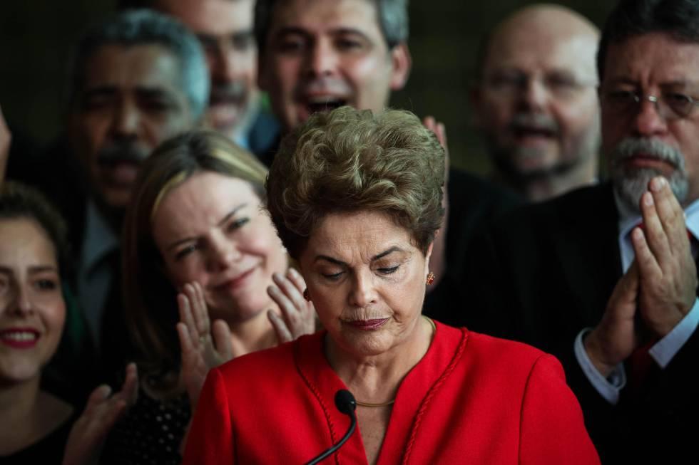 La ahora expresidenta de Brasil Dilma Rousseff habla frente al Palacio de Alborada en Brasilia (Brasil)