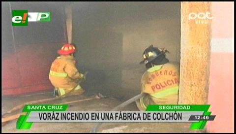 Voraz incendio consume una fábrica de colchones