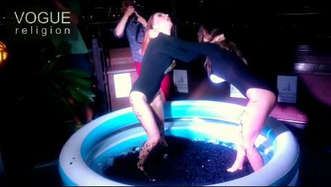 Una lucha en caviar negro de dos modelos en una fiesta de banqueros provoca indignación (video)