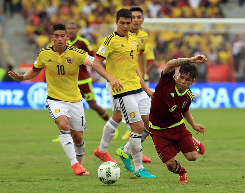 Stefan Medina (c) y James Rodríguez (i) de Colombia disputan el balón ante Yeferson Soteldo (d) de Venezuela hoy, jueves 1 de septiembre de 2016, durante el partido entre Colombia y Venezuela por las eliminatorias Rusia 2018. EFE