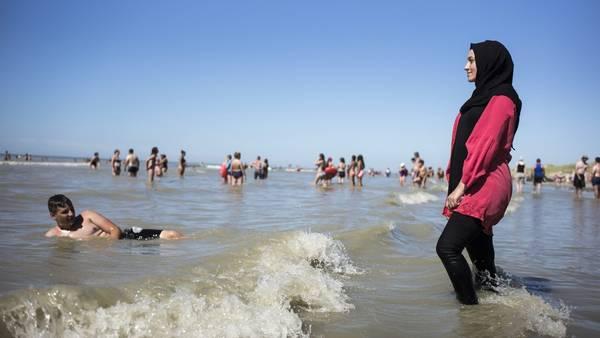 Traje de baño. Una mujer se baña en el mar con burkini, en Fort Mahon, norte de Francia. /DPA