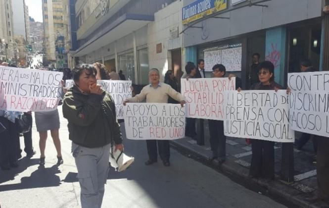 Trabajadores de la prensa de La Paz protagonizan un plantón exigiendo estabilidad laboral en La Razón