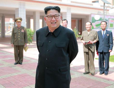 El líder norcoreano Kim Jong-Un (C) en la inspección de una escuela secundaria en Pyongyang.