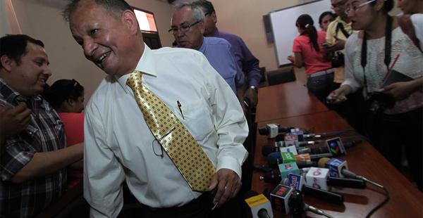 El presidente de la Corte Electoral Permanente, Róger Guzmán (de camisa blanca), garantizó el viernes la realización de elecciones