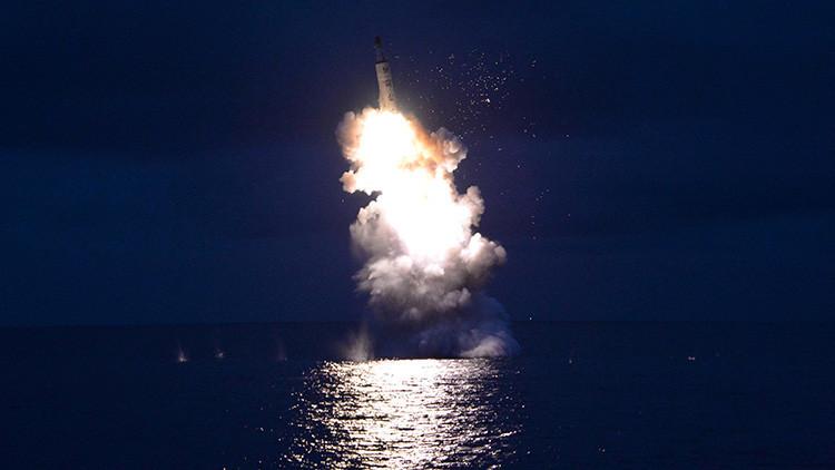La foto de KCNA que muestra una prueba de un misil balístico lanzado desde un submarino