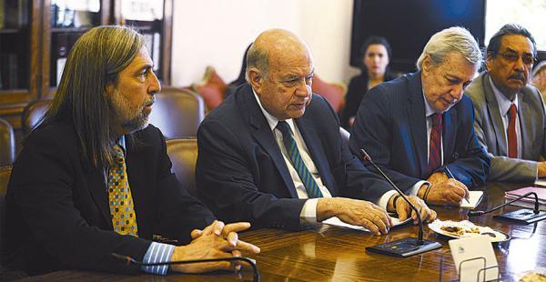 El equipo marítimo chileno, con José Manuel Insulza (en el centro) durante la etapa de presentación de alegatos en la corte de La Haya