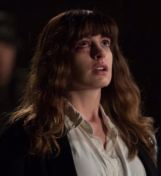 Hathaway, en un fotograma de Colossal.
