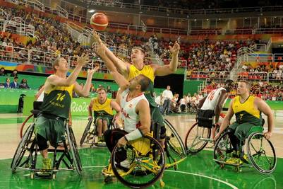 Australia y España se enfrentan en un partido de básquet de los Juegos Paralímpicos Río 2016, en Río de Janeiro (EFE).