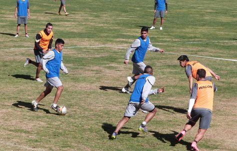 Los jugadores atigrados, en una práctica de fútbol en Achumani.