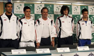 John Lloyd, en el centro, cuando pasó por la Argentina como capitán de la Davis, en 2008. A su izquierda, con rulos, Jamie Murray. (AFP)