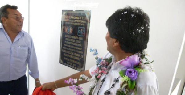 El momento en que el jefe de Estado descubrió la placa en la terminal terrestre