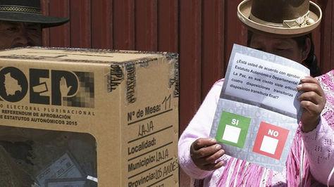 Una ciudadana se apresta a votar en el referéndum autonómico en el departamento de La Paz en septiembre de 2015