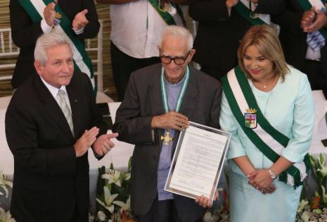 El padre Mario Pani Mulas recibió la distinción por su aporte a Santa Cruz